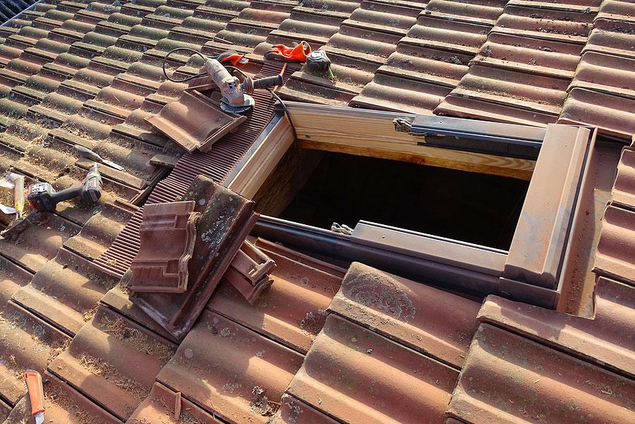 Pose d 39 une fen tre de toit r novation lors d 39 un chantier for Pose d un velux sur tuile
