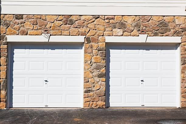 Deux garages côte à côte avec des portes blanches