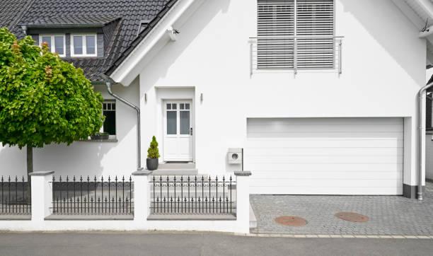 Maison moderne avec un grand garage