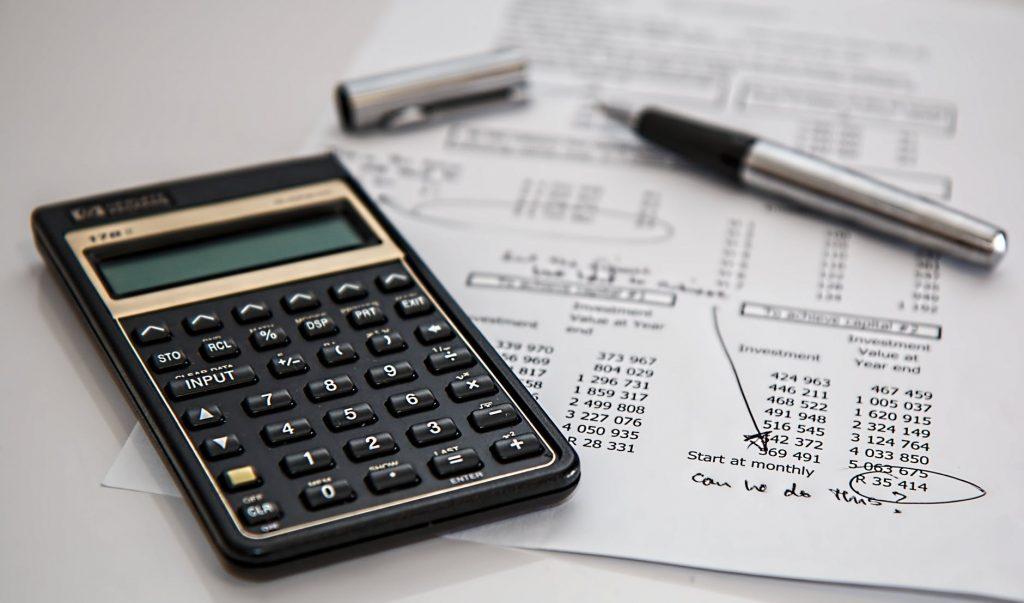 Calculatrice posée sur un tableau de suivi des comptes
