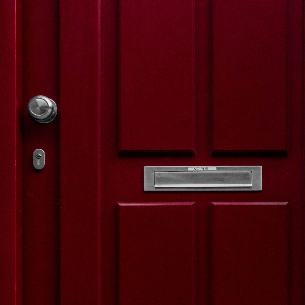 Gros plan sur porte d'entrée rouge