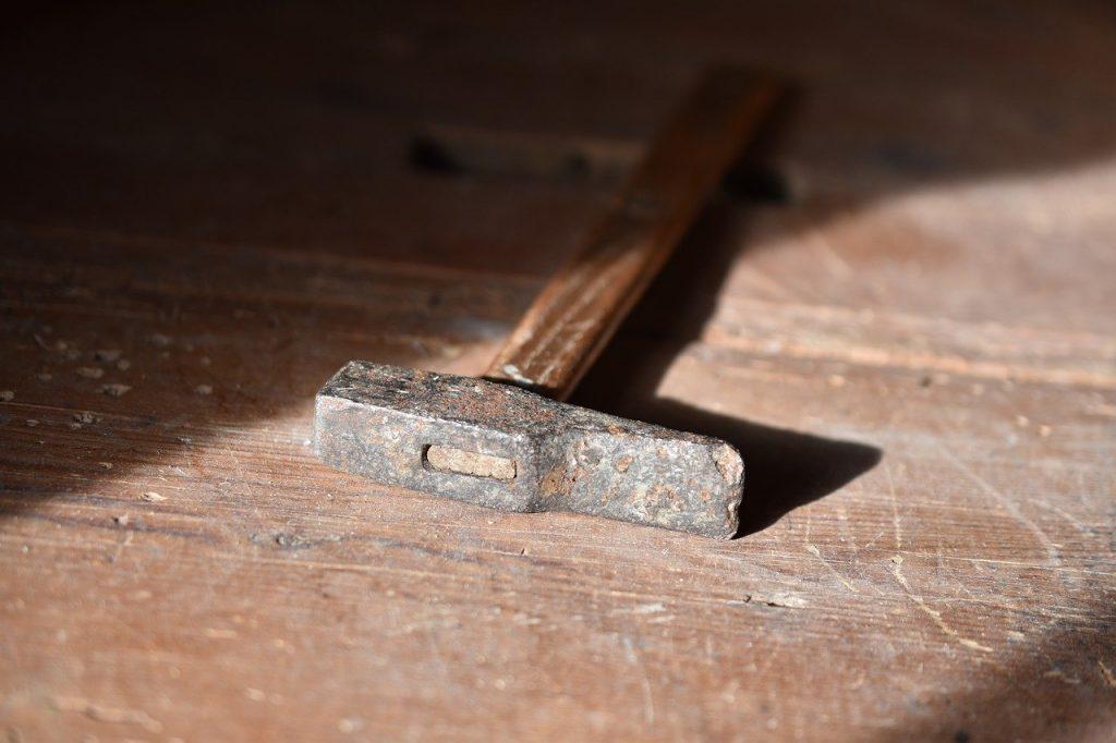 marteau usé posé sur le sol